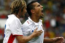 Milan Baroš (vpravo) se raduje z proměněné penalty v přátelském utkání proti Belgii, gratuluje mu Jaroslav Plašil.