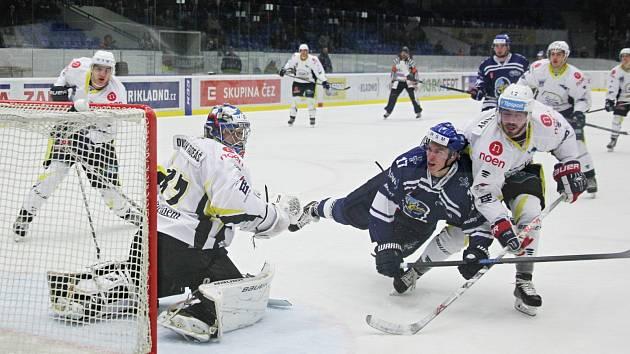 Hokejisté Kladna (v modrém) proti Kadani.