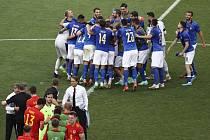 Fotbalisté Itálie se radují z vítězství nad Walesem.