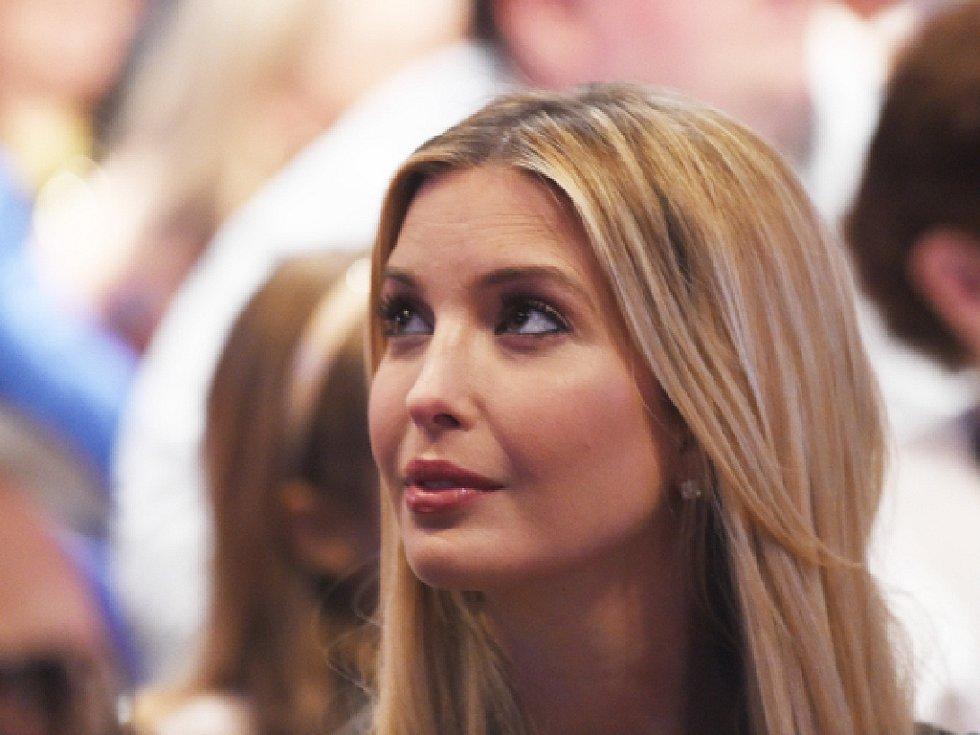 Ivanka Trumpová, dcera republikánského prezidentského favorita Donalda Trumpa a jeho někdejší české manželky Ivany, musí stáhnout svou kolekci šátků, které kvůli přílišné hořlavosti ohrožují zákazníky.