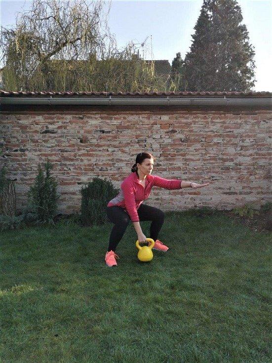 Jana Adamová při cvičení na zahradě