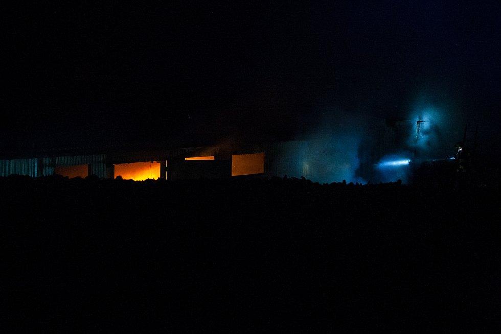 Hasiči zasahovali 10. srpna u požáru na překladišti odpadů v Horní Proseči v Jablonci nad Nisou. Podle hasičů se vzňaly tříděné plasty v jedné z hal. Přestože je sběrný dvůr nedaleko husté zástavby, obyvatele nebylo nutné evakuovat, řekl 10. srpna 2018 ve