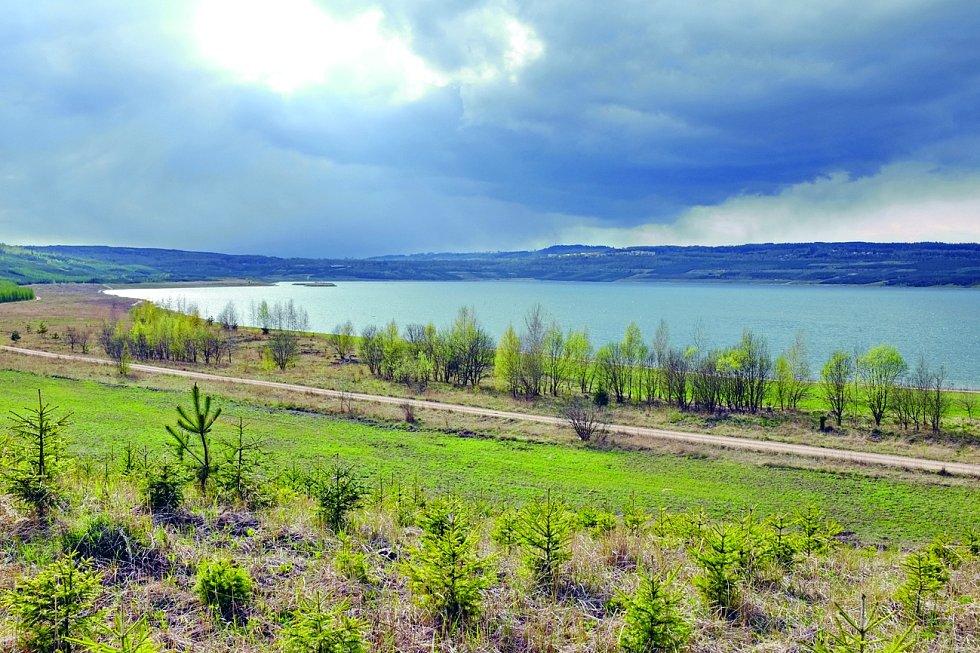 Stříbřité vody řeky Ohře naplňují jezero Medard nedalo od Sokolova.