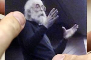 Podoba, pod kterou Radovan Karadzic žil v Bělehradě. V posledních letech tam provozoval soukromou praxi alternativní medicíny. Karadzic na ní pózuje jako doktor alternativní medicíny. Má dlouhé vlasy, husté vousy a velké brýle.