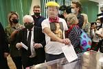 Předseda polské vládní strany Právo a spravedlnost (PiS) Jaroslaw Kaczyński odevzdal 12. července 2020 svůj hlas ve druhém kole volby polského prezidenta. Vedle něj hlasuje muž maskovaný jako Kaczyński