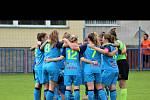 Dívky Minerva FF po vítězném zápase, kdy ovládly 2. ligu starších žákyň.