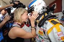 Nový světový šampion cestovních vozů Yvan Muller přijímá gratulace po závodě v Macau.