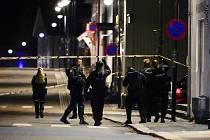 Policisté na místě činu v norském Kongsbergu, kde útočník vyzbrojený lukem a šípy zabil a zranil několik lidí.
