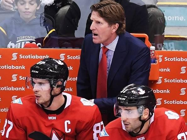 Kouč Kanady Mike Babcock, vlevo pod ním Sidney Crosby