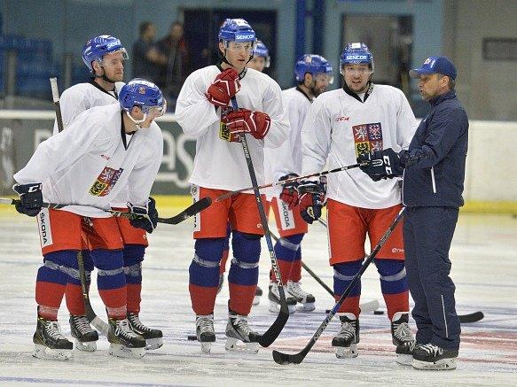 Trénink hokejové reprezentace. Jan Kovář druhý zprava, hned vedle kouče Josefa Jandače.