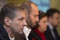 Reprezentační trenér Josef Jandač (vlevo) a generální manažer Martin Ručinský na tiskové konferenci k nominaci na Švédské hry.
