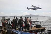 Ugandští záchranáři pátrají po obětech lodního neštěstí na Viktoriině jezeře.