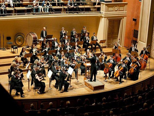 Pražská komorní filharmonie vznikla v roce 1994 z iniciativy dirigenta Jiřího Bělohlávka jako komorní těleso složené z mladých absolventů hudebních škol, hrajících se skutečným zaujetím a nasazením.