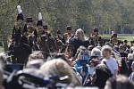 Lidé sledují příjezd příslušníků The King's Troop Royal Horse Artillery do Windsoru