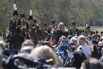 Lidé sledují příjezd příslušníků King's Troop Royal Horse Artillery do Windsoru