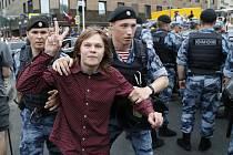 Ruští policisté zatýkají na demonstraci v Moskvě příznivce investigativního novináře Ivana Golunova
