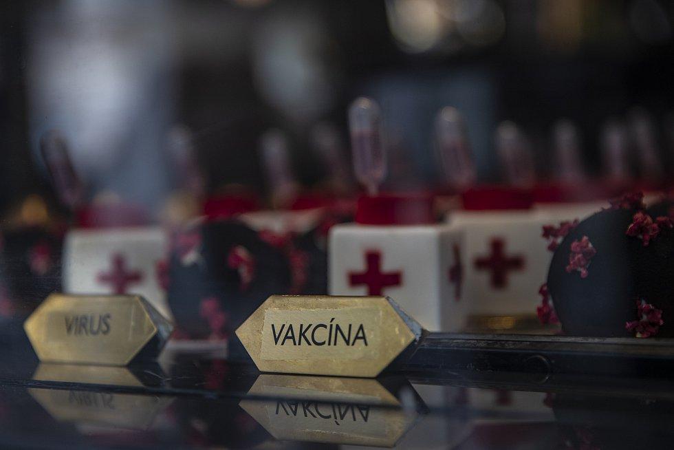 Nezbývá než doufat, že vakcína situaci nejen v centru Prahy vyřeší. Ovšem ta pravá, ne cukrová z kavárny Grand Cafe Orient.