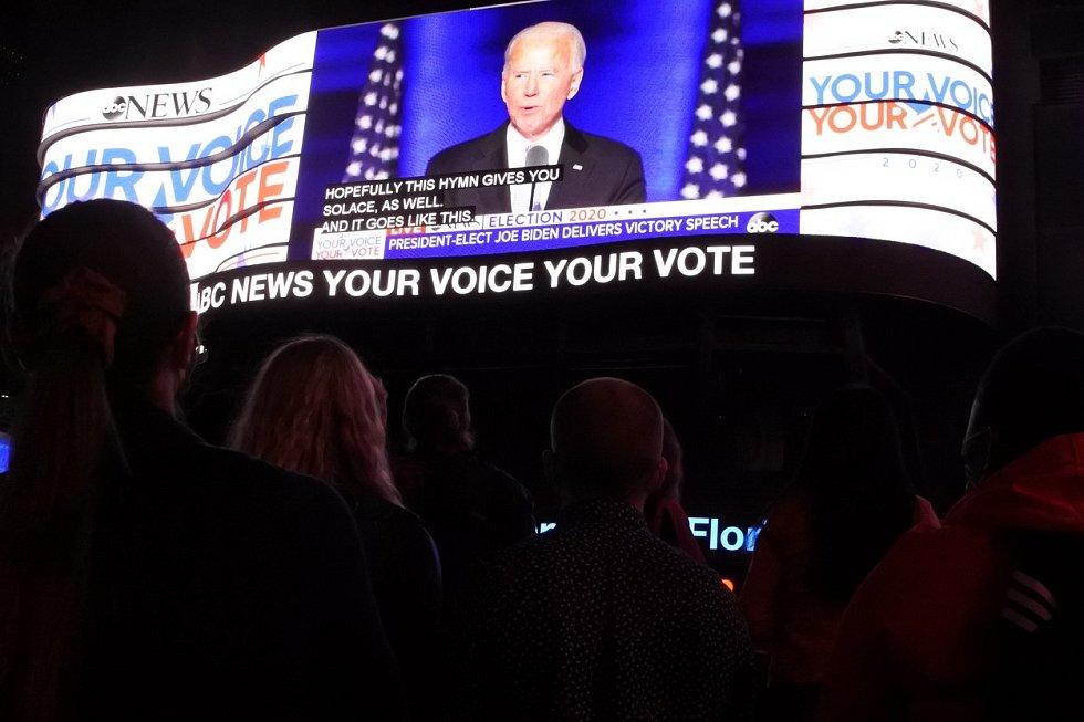 Američané sledují Bidenův vítězný projev