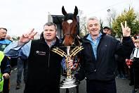 Gordon Elliott (vlevo) se svým hvězdným svěřencem Tiger Rollem a jeho majitelem Michaelem O'Learym