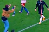 Na hvězdu Bayernu Ribéryho zaútočil během pohárového zápasu v Hamburku fanoušek soupeře.