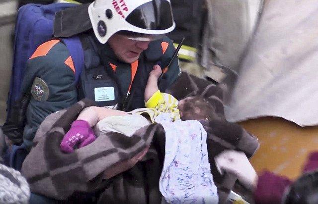 Záchranáři z trosek domu v Magnitogorsku vyprostili živé jedenáctiměsíční dítě