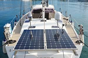 Solární nabíjení baterií na palubě plachetnice