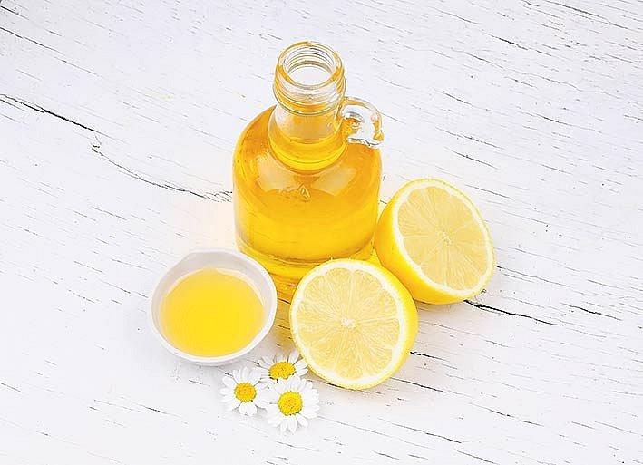 Jste zvyklé mýt si ráno vlasy? Poumytí je přelijte citronovou šťávou smíchanou steplou vodou.