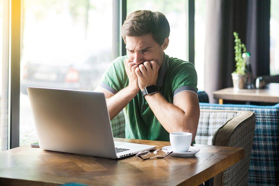 Hledat si diagnózu na internetu se nevyplácí, lidé jsou pak více vystresovaní. Nejlepší je zajít za odborníkem.