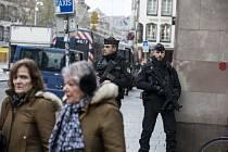 Policejní složky ve Štrasburku stále pátrají po útočníkovi.