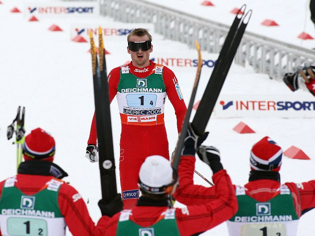 Norská štafeta vítá svého finišmana Pettera Northuga.
