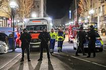 Němečtí policisté hlídkují poblíž místa střelby v centru Hanau