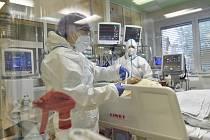 Péče o pacienta s onemocnění covid-19 - ilustrační foto.
