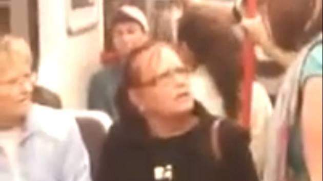 Agresivní žena v pražském metru vulgárně napadala cestující.