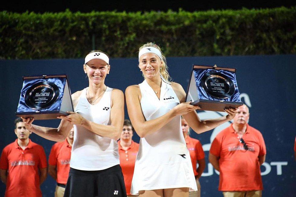 Tenistka Renata Voráčová (vlevo) peče