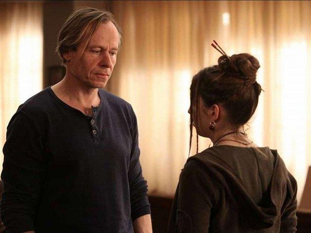 Pětatřicetidílné drama Terapie II, kterým společnost HBO Europe navazuje na první řadu úspěšného seriálu, znovu rozehrává příběhy psychologa Marka Pošty (Karel Roden, na snímku) a jeho pacientů.