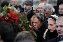 Rakev s ostatky bývalého prezidenta Václava Havla, které byly 21. prosince převezeny z centra Pražská křižovatka na Pražský hrad. V průvodu za exprezidentovou rakví bylo podle odhadu policie zhruba 10.000 lidí, podle odhadu novinářů podstatně víc.