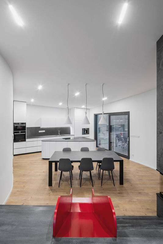 Na nejvyšším místě pod schody v kuchyni má místnost výšku přes tři a půl metru.