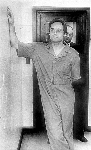 Sériový vrah Ted Bundy po obvinění z vražd studentek na Floridě.