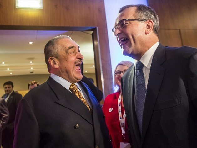 Sněm TOP 09, na kterém byl novým předsedou zvolen Miroslav Kalousek, pokračoval 29. listopadu v Praze. Schwarzenberg, Kalousek.