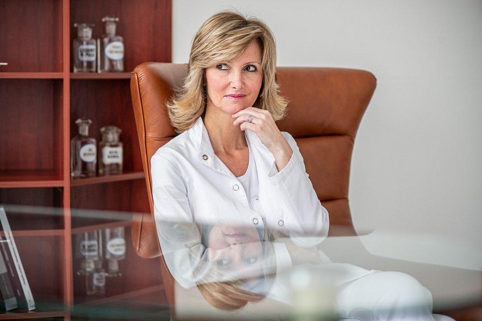 Monika Arenbergerová nyní působí na Dermatovenerologické klinice 3. LF UK a Fakultní nemocnice Královské Vinohrady.