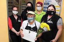 VĚRA RAČKOVÁ letos dostala certifikát za 25 let práce v Albertu. Spolu s dalšími oceněnými pracovníky se těšila na slavnostní galavečer v Praze. Akci ale zatím bohužel odložil koronavirus na jaro 2021.
