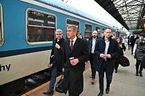 Premiér Andrej Babiš a ministr dopravy Karel Havlíček vyrazili do Benešova vlakem. České dráhy kvůli nim nasadily modernější vůz.