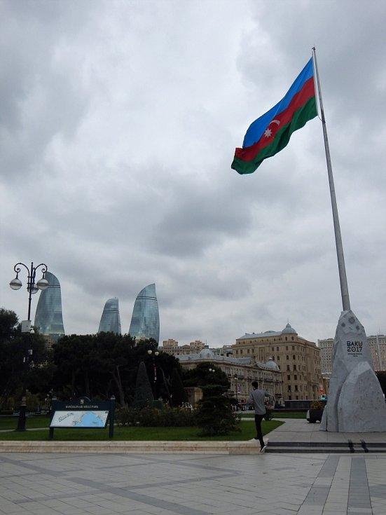 """Zatímco leckde v Baku domy chátrají a rozpadají se, v širším centru to novou architekturou jen """"kvete"""" - na snímku v dáli Plamenné věže, tři mrakodrapy, dominanta města."""