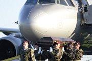 Za zvuků kostelních zvonů přistál na letišti v Kbelích letoun s ostatky kardinála Berana