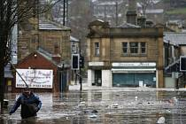 Severozápadní Anglii dnes v důsledku lijáků opět sužují rozsáhlé záplavy. Zvlášť zasažena jsou hrabství Lancashire a Yorkshire.