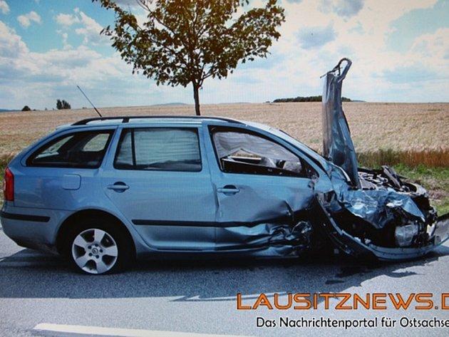Dvaatřicetiletý a šestadvacetiletý muž jsou podle soudu vinni, že 23. června jeli ukradeným vozem VW Passat z Berlína do města Hoske a tam odcizili před očima majitele automobil značky Škoda, který měl klíček v zapalování.