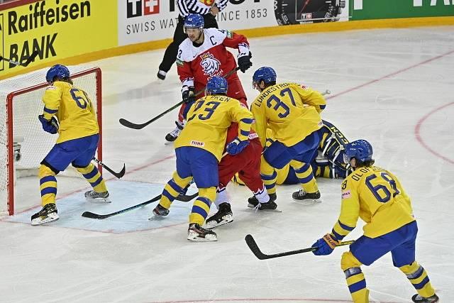 Jan Kovář dobývá švédskou branku.