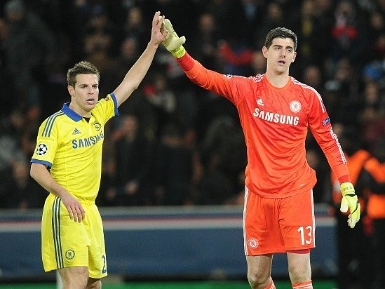 Spokojenost fotbalistů Chelsea: Cesar Azpilicueta (vlevo) a Thibaut Courtois