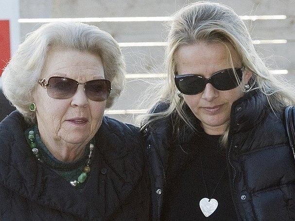 Nizozemská královna Beatrix a princezna Mabel po návštěvě Johana Frisa v nemocnici