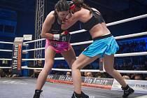 Boxerka Lucie Sedláčková (vlevo) získala titul mistryně Evropy WBO v pérové váze.